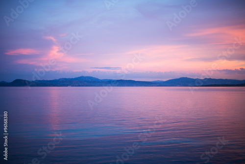 Photo  calm evening sunset scene at the water at Golfo Aranci, Sardinia, Italy