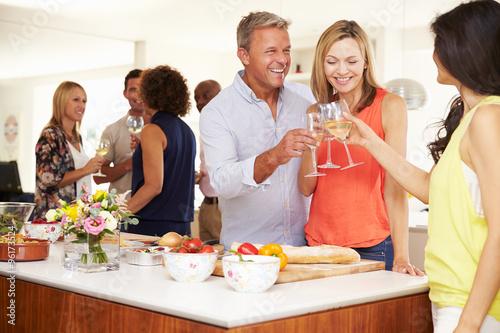 Plakat Starsze osoby witane podczas kolacji przez przyjaciół