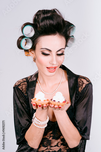 Photo  girl with two cakes