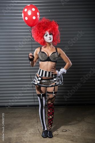 Photo  Cute red hair clown holding a balloon