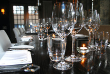 Sfeervol Gedekte Tafel Met Wijnglazen, Borden En Bestek In Een Restaurant