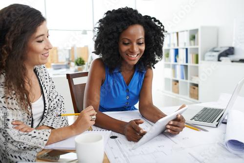 Obraz Discussing ideas - fototapety do salonu