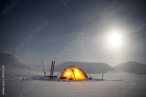 In de dag Poolcirkel Camping in the Wintertime with Moon and Halo at Night