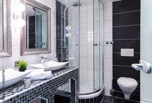 Komplettes Badezimmer mit Dusche, WC und Waschbecken - Buy this ...
