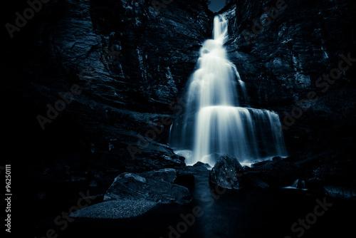 wodospad w nocy