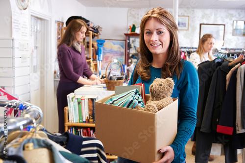 Photographie Femme don Articles indésirables Pour Charity Shop