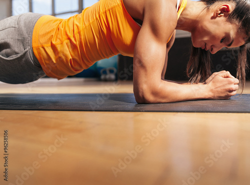 Photo  Woman exercising in the gym