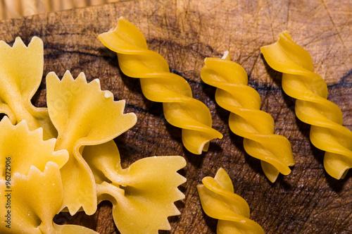 Fotografie, Obraz  tipi di pasta: farfalle e fusilli. Close-up