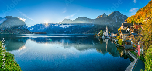 Keuken foto achterwand Bergen Hallstatt mountain village with lake in fall at first sunlight, Salzkammergut, Austria