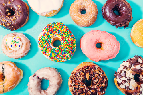 La pose en embrasure Dessert Assorted donuts on pastel blue background