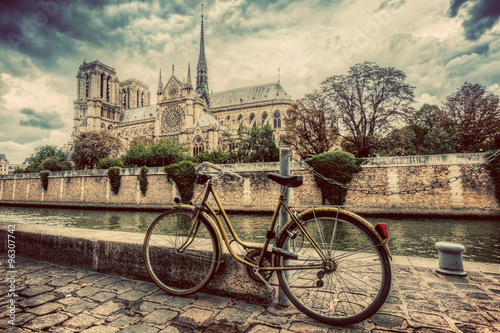 Poster Fiets Retro bike next to Notre Dame Cathedral in Paris, France. Vintage