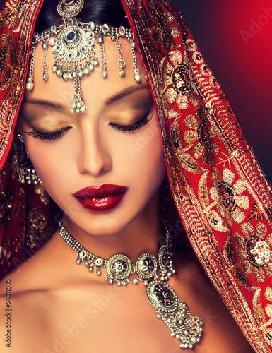 piekny-indianski-kobieta-portret-z-bizuteria-elegancka-indyjska-dziewczyna-w-stylu-bollywood-indyjska-bizuteria-z
