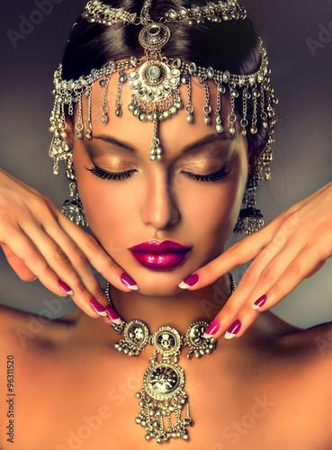 piekny-portret-indyjskich-kobiet-z-bizuteria-elegancka-indianka-w-stylu-bollywood-indyjska-bizuteria-z-ciemnoskorym-wzorem-piekna-brunetka-azji