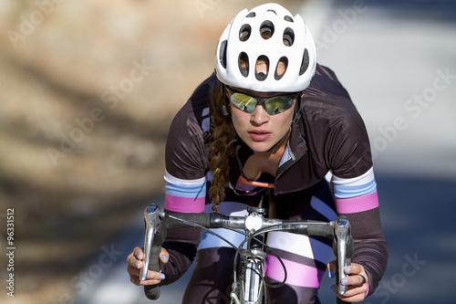 Fotografía  Mujer ciclista profesional durante unos entrenamientos con su bicicleta de triat