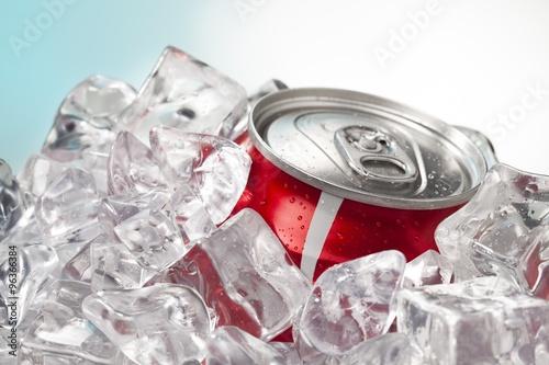 fragment-czerwonej-puszki-coli-w-kostkach-lodu