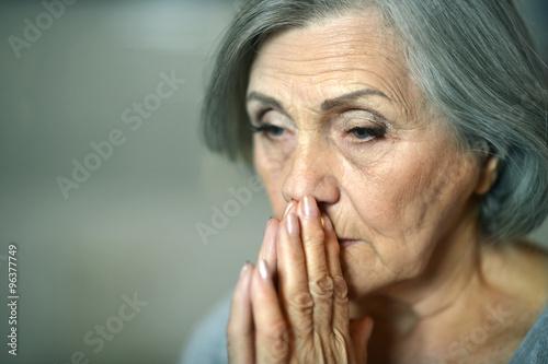 Pinturas sobre lienzo  Thoughtful elderly woman