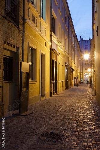 waska-ulica-na-starym-miescie-we-wroclawiu-w-polsce