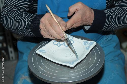Fényképezés  Mani al lavoro, dipingendo la ceramica