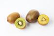 Kiwi, Kiwifrucht, halbiert, Hälfte, weisser Untergrund, Freiste