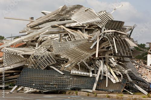Fotografía  Twisted Metal y los escombros sean apilados en Sitio de demolición