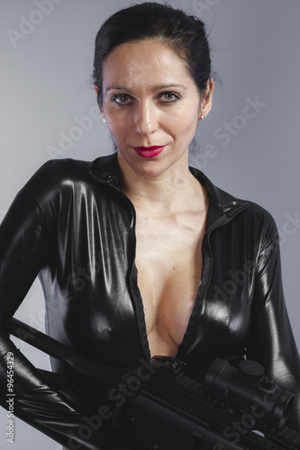 Fotografía  firearm, beautiful brunette with black suit, armed and dangerous