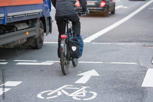 Fotografie, Obraz  Lkw neben Radfahrer