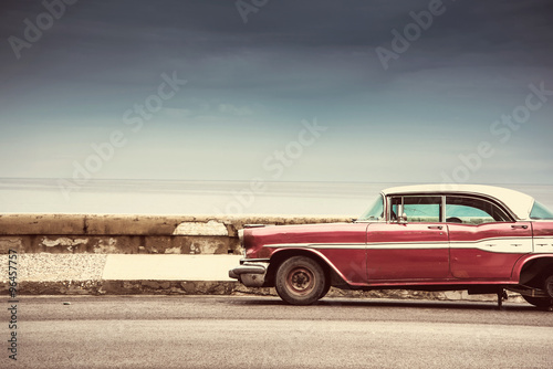 Cadres-photo bureau Vintage voitures Old american car on street in Havana,Cuba