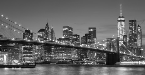 Obraz na PlexiBlack and white Manhattan waterfront at night, NYC.