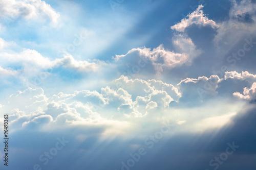 slonce-przeslizguje-sie-przez-chmury