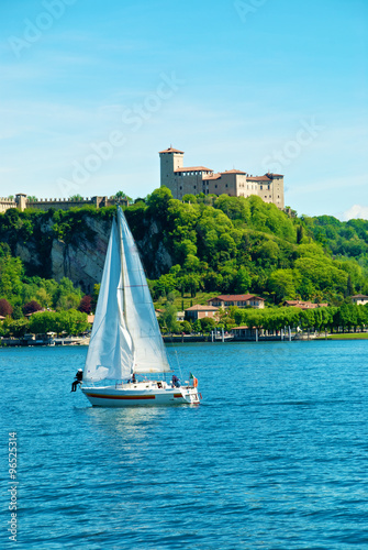 Poster Zeilen Sailing with the Angera Rocca on the background
