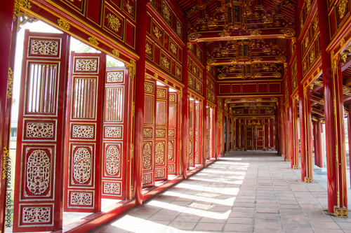 Spoed Foto op Canvas Artistiek mon. Red shutters and doors in the citadel of Hue, Vietnam