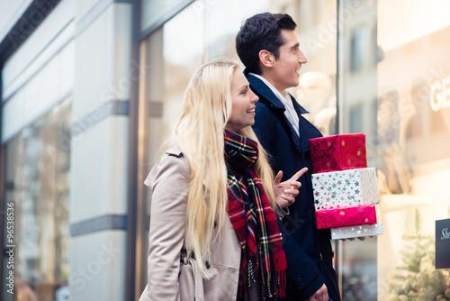 Plakat Kobieta i mężczyzna na świąteczne zakupy
