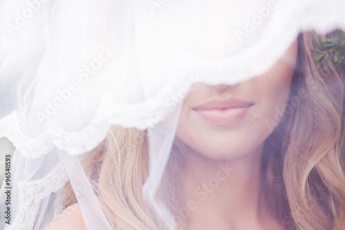 Cuadros en Lienzo Close up portrait of a beautiful bride in veil