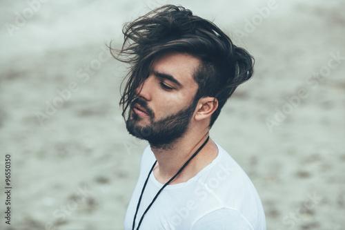 Obraz na plátně  Portrét muže s vousy a moderní účes
