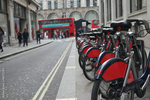 Poster Londres bus rouge view of the bikes in the street