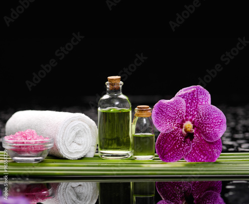 Tuinposter Spa Spa set and long leaf on wet background