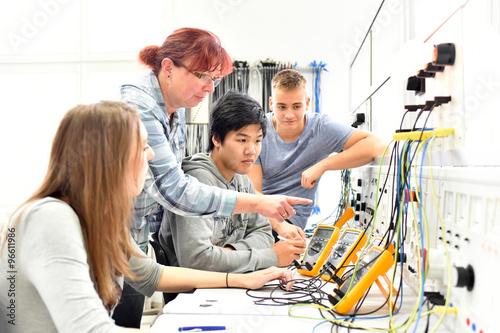 Fotografía  Unterricht in Elektrotechnik bei der Berufsausbildung - Gruppe von Auszubildente