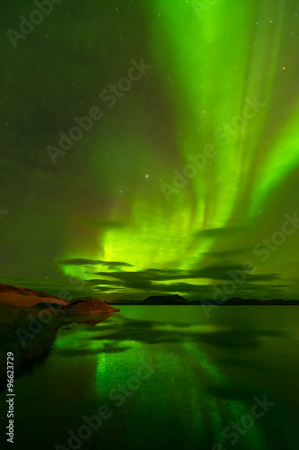 Photo  Northern lights (Aurora Borealis) reflected in the lake