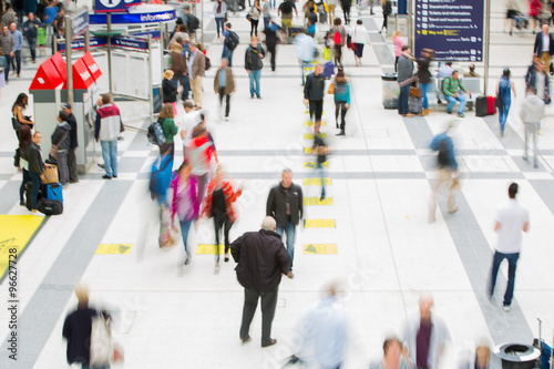 Foto op Plexiglas Art Studio LONDON, UK - SEPTEMBER 12, 2015: Liverpool street train station with lots of people, waiting boarding, looking for information and passing hall