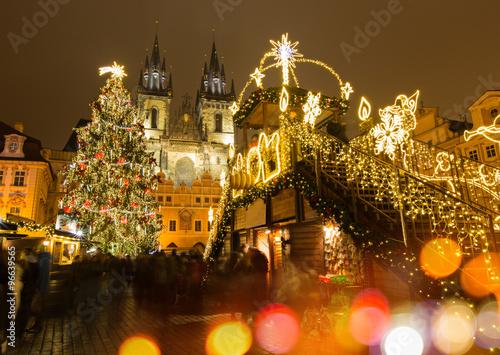 Plakat Rynek Starego Miasta w Pradze w zimową noc