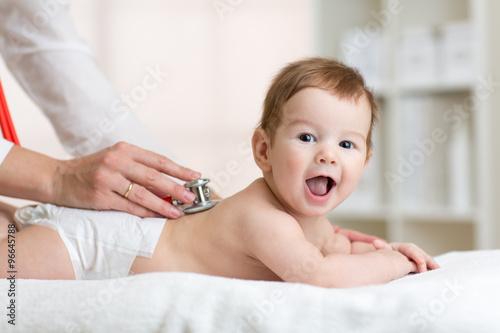 Fotografia  Pediatrician examining baby
