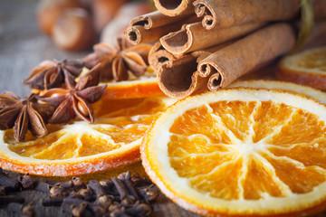 fototapeta laski cynamonowe, orzechy i wysuszone plastry pomarańczy