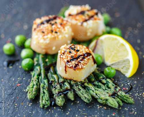 Poster Coquillage Scallops with sesame seeds , asparagus, lemon and green peas
