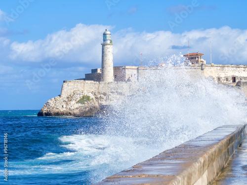 zamek-morro-w-hawanie-z-burzliwym-oceanem