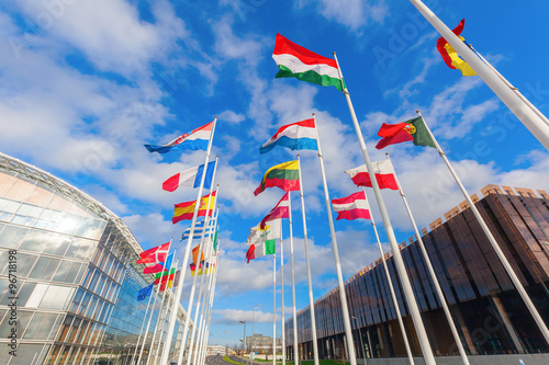 europäische Flaggen auf dem Kirchberg in Luxemburg