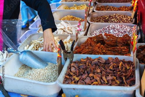 Krustentiere an einem Fischgeschäft in Chinatown, Manhattan, New York City