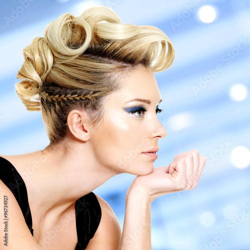 kobieta-z-moda-fryzure-i-niebieski-makijaz-oczu