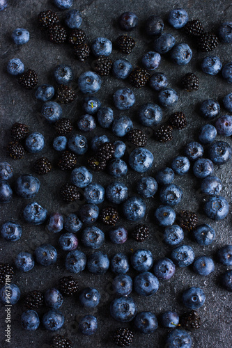 Fotografia  fresh blueberry and blackberry on black background