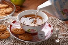 Versare L'acqua Calda Nella Tazza Con La Bustina Di Tè Verde