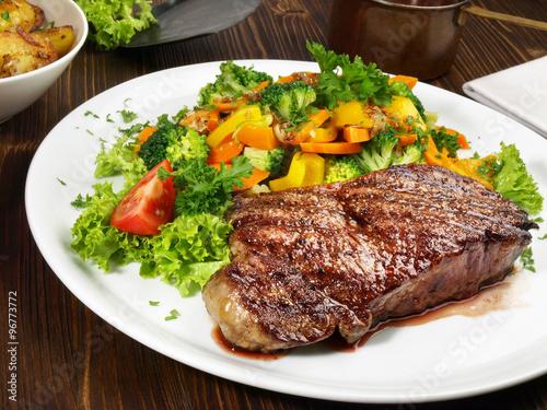 Fotografie, Obraz  Entrecote double mit Gemüse